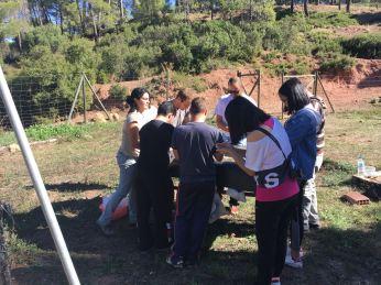 Grupo de voluntarios realizando tratamiento en el Vivero de Huerta Espuña.